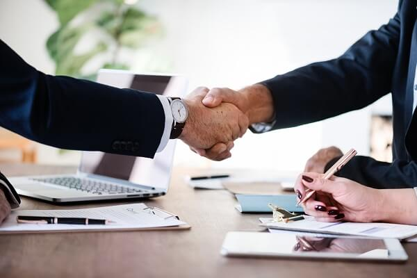 shaking hands with the best SEO company